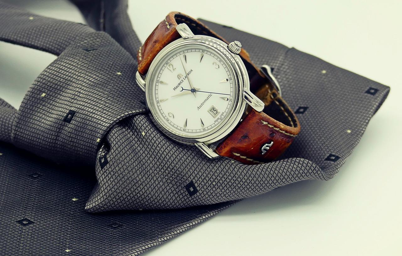 L'orologio di design robusto, bello ed elegante